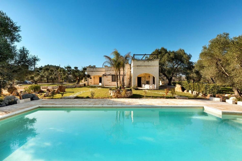 villa con piscina immersa nel giardino