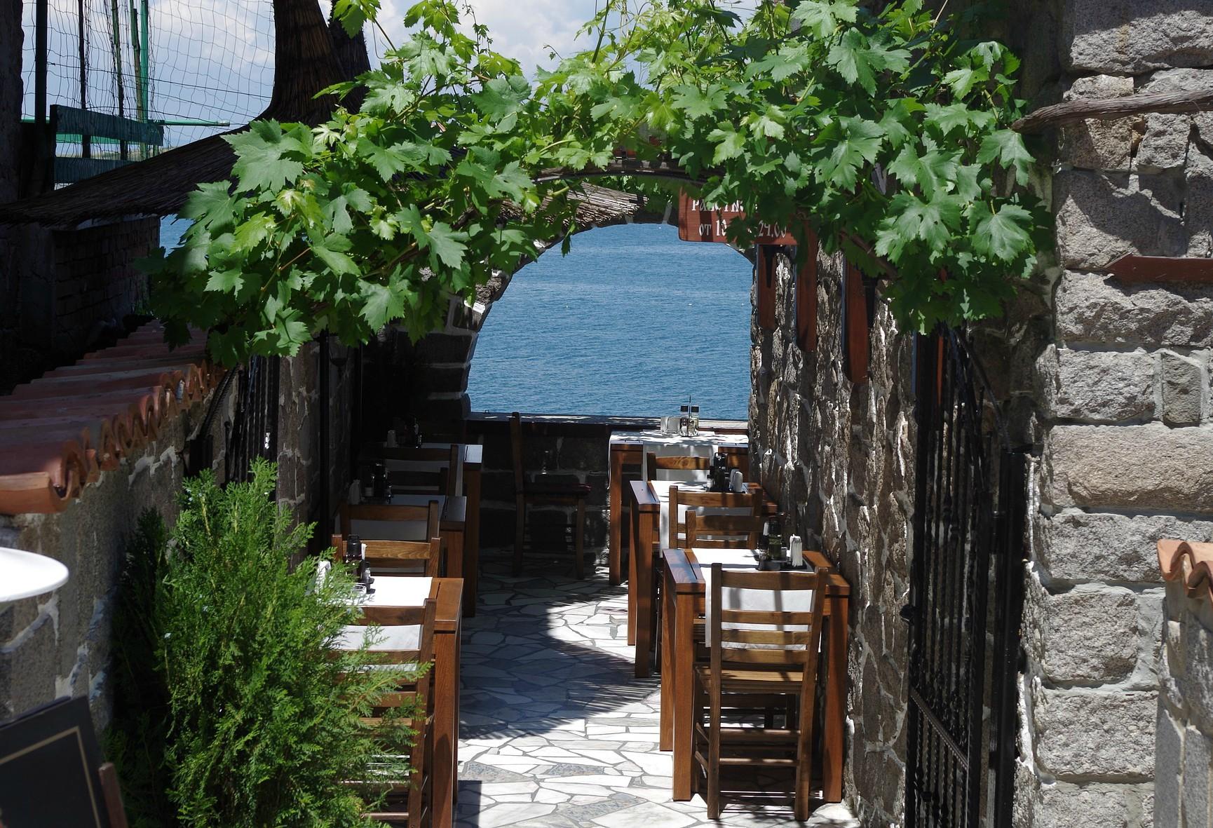 ristorante tipico con vista sul mare e pergolato verde
